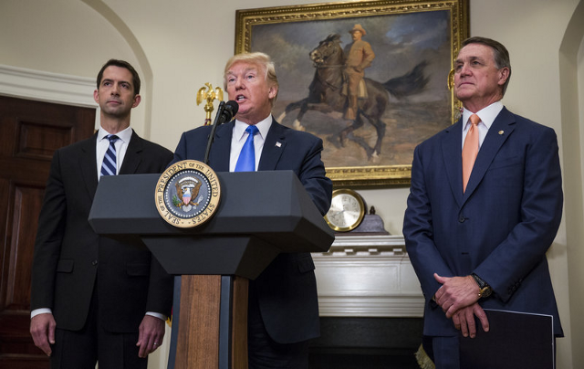 Senador Tom Cotton (R-AR), Presidente Donald Trump, y Senador David Perdue R-GA)